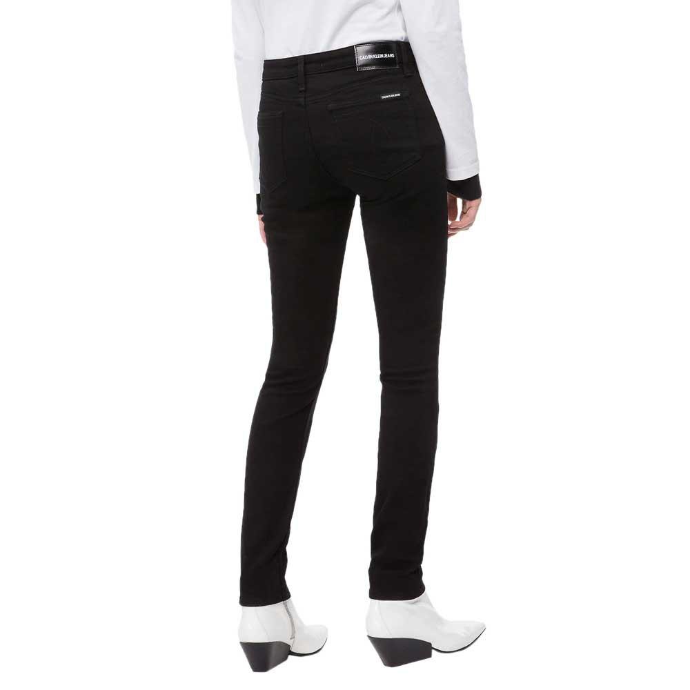 55e0acb103 Clásicos modernos de Calvin Klein Jeans. Una colección de fits modernos y  renovados para el siglo XXI